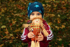 photo garçon avec poupée épouvantail